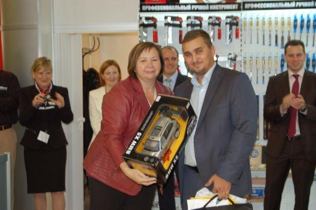 Награду вручает представитель завода Knipex - Астрид Браун.