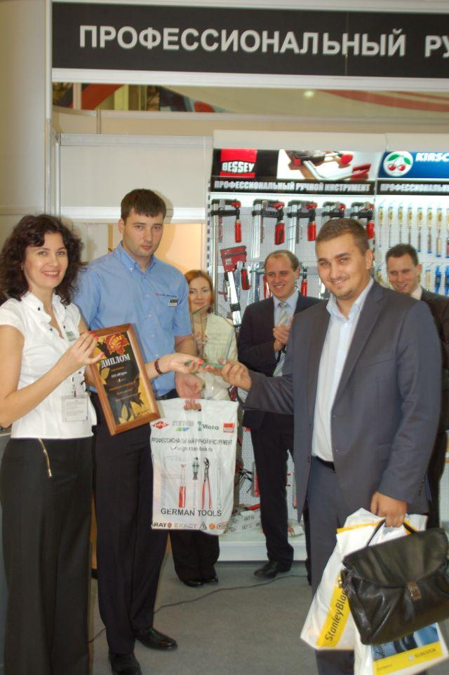 приз вручает Руководитель отдела продаж - Остапова Наталья.
